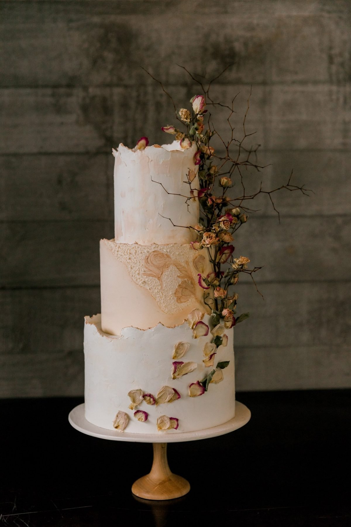 <strong>Wedding cake by:</strong> Magnolia Kitchen<br/><strong>Photograph by: </strong>Sweet Events Photography