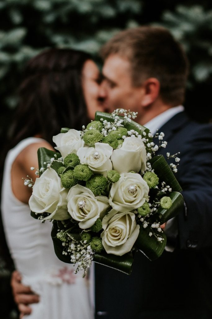 Beutiful round wedding bouquet with a fresh spring feel